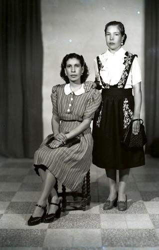 Imagen de Retrato de dos mujeres jóvenes con ropa formal y bolsos en estudio (atribuido)