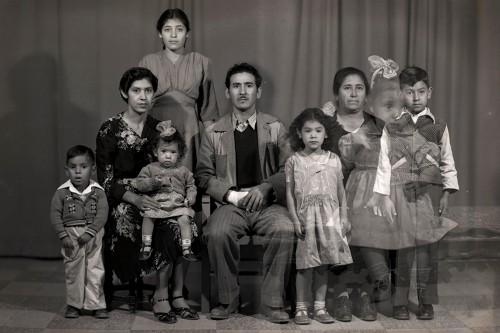 Imagen de Retrato de familia con ocho integrantes, madre con hijo, nietos y nuera en estudio (atribuido)