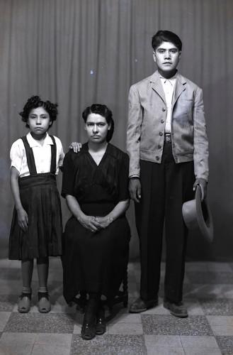Imagen de Retrato de mujer adulta con niña y joven, probablemente sus hijos, en estudio (atribuido)