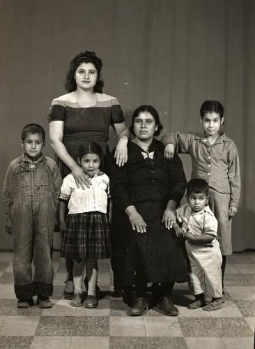 Imagen de Retrato de familia de seis integrantes, madre con probablemente su hija y nietos pequeños en estudio (atribuido)