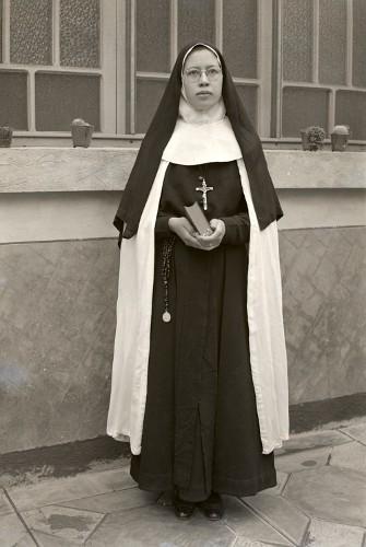 Imagen de Retrato de mujer joven con hábito religioso en patio, posiblemente una escuela (atribuido)