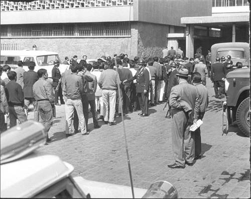 Imagen de Detenidos ingresando a la delegación de policía (propio)