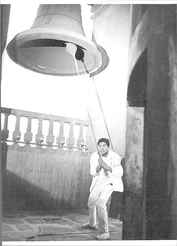 Imagen de Estudiante de medicina tocando las campanas de la Catedral (propio)