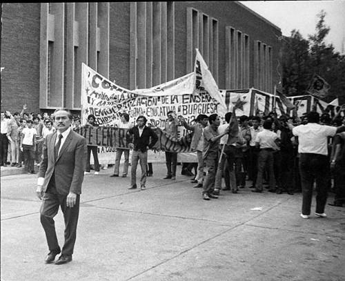 Imagen de Manifestación en protesta por la matanza del 10 de junio de 1971, al frente Manuel Marcué Pardiñas (propio)