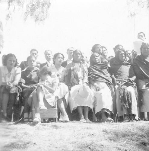 Imagen de Funcionarios hablan ante un grupo de campesinos (propio)