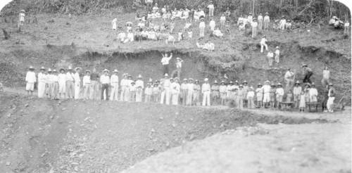 Imagen de Grupo de campesinos abriendo una brecha rural (propio)