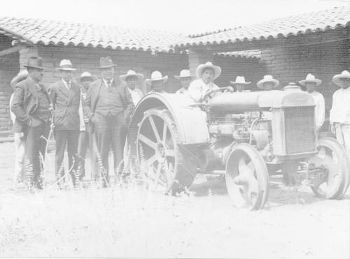 Imagen de Entrega de tractores a campesinos (propio)