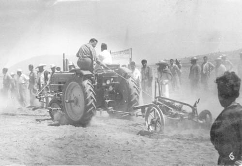 Imagen de Capacitando a campesinos en el uso del tractor (propio)