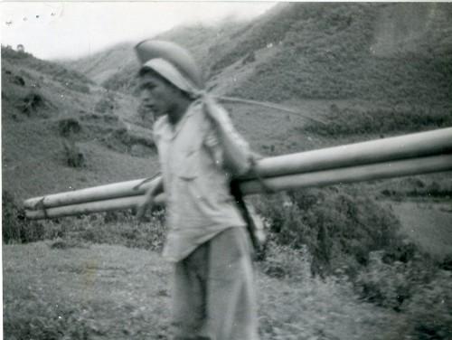 Imagen de Campesino llevando tubos para el agua (propio)