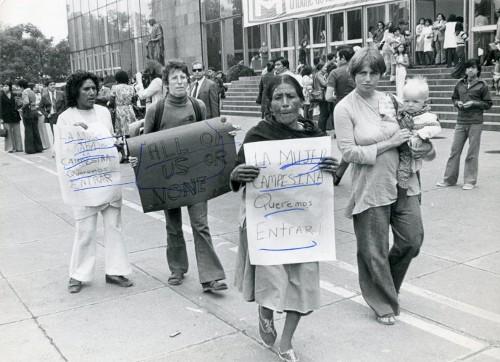 Imagen de Campesina manifestándose para entrar al recinto en donde se celebró la Conferencia Internacional de la Mujer (propio)