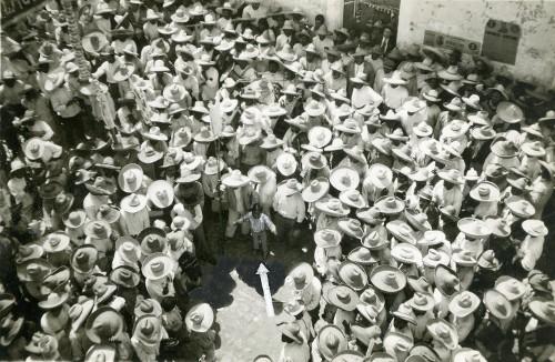 Imagen de Grupo de campesinos alrededor de un niño (propio)