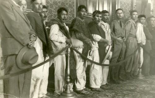Imagen de Campesinos en Palacio Nacional esperando ser recibidos por el presidente Lázaro Cárdenas (propio)