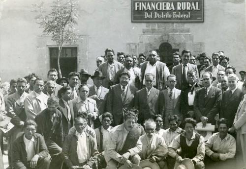 Imagen de Funcionarios de la Financiera Rural con campesinos (propio)