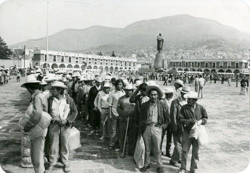 Imagen de Campesinos recibiendo apoyos (propio)