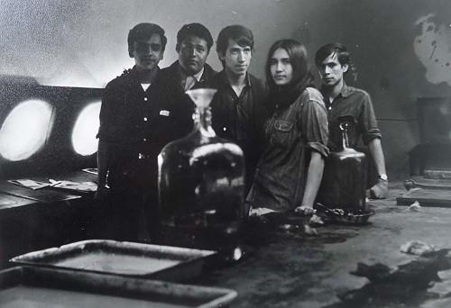 Imagen de Algunos integrantes de la generación de 1965 en el taller de grabado de la Escuela Nacional de Artes Plásticas en la Academia de San Carlos (atribuido)