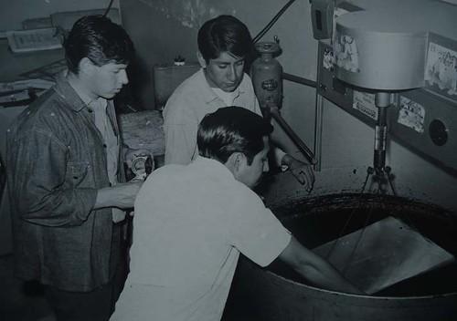 Imagen de Estudiantes de grabado utilizando una máquina Willer para sensibilizar láminas (atribuido)