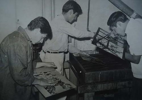 Imagen de Procesos de elaboración de grabado en metal: uso de ácidos y enjuagado de lámina. Revisión del atacado con cuentahilos (atribuido)
