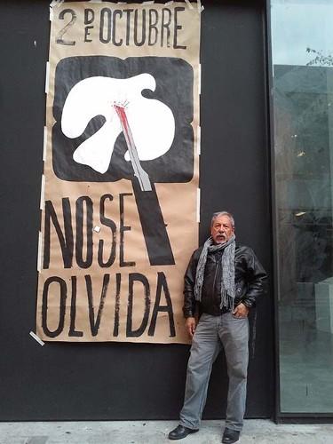 Imagen de Jesús Martínez en la entrada de su taller en la Facultad de Artes y Diseño de la UNAM (atribuido)