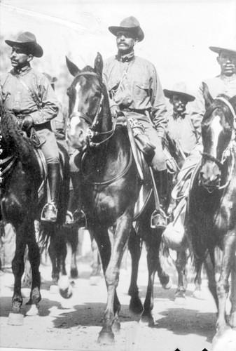 Imagen de Felipe Ángeles y otros militares a caballo