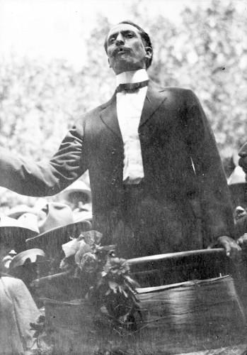 Imagen de Felipe Ángeles durante discurso