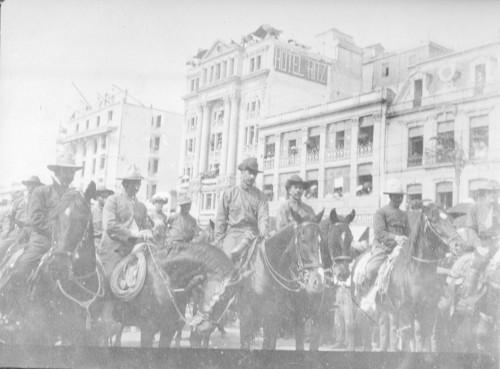 Imagen de Felipe Ángeles y sus tropas a su paso por el zócalo de la ciudad de México