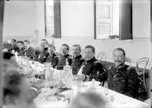 Imagen de Felipe Ángeles con otros militares durante un banquete en el casino del Colegio Militar de Popotla