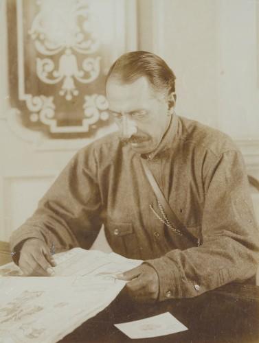 Imagen de Felipe Ángeles en su oficina, retrato