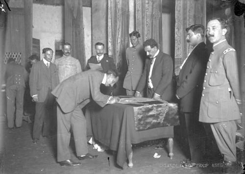 Imagen de Felipe Ángeles firma la bandera de la Convención