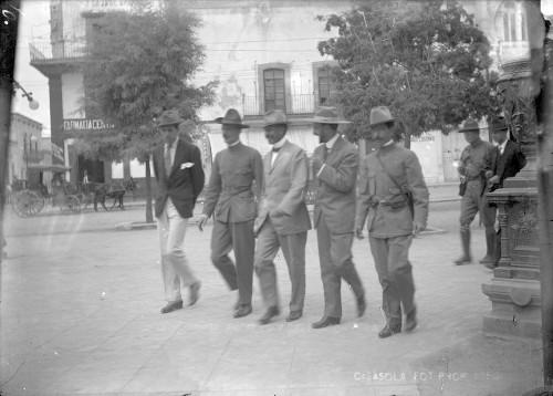 Imagen de Felipe Ángeles y su Estado Mayor se dirigen al Teatro Morelos