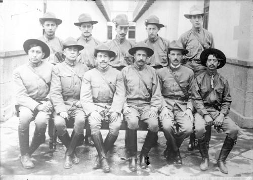 Imagen de Felipe Ángeles y miembros de su Estado Mayor al llegar a la ciudad de México, retrato de grupo