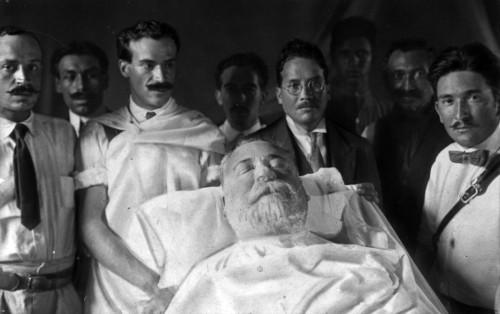 Imagen de Médicos que le practicaron la autopsia al cadáver de Venustiano Carranza (propio)