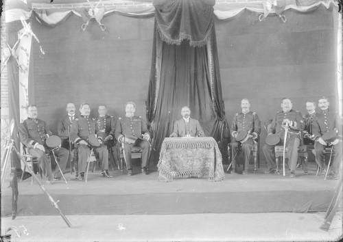 Imagen de Francisco I. Madero junto a su estado mayor durante una ceremonia