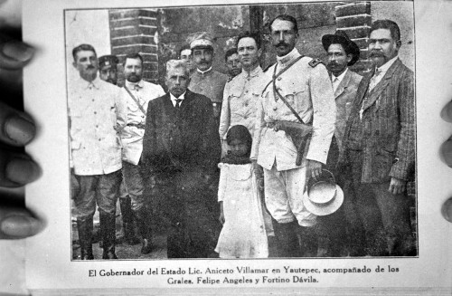 """Imagen de """"Lic. Aniceto Villamar en Yautepec, acompañado de los Grales. Felipe Ángeles y Fortino Dávila"""", retrato de grupo"""
