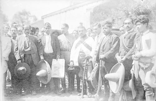 Imagen de Felipe Ángeles reunido con zapatistas, retrato de grupo