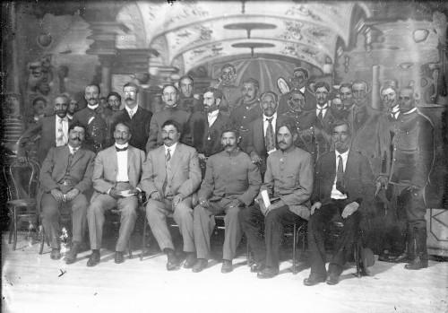 Imagen de Eulalio Gutiérrez junto a grupo de convencionistas en el Teatro Morelos, retrato de grupo