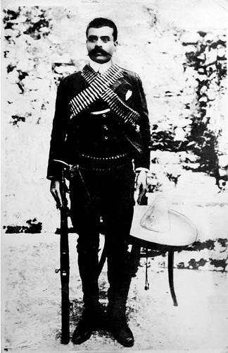 Imagen de Emiliano Zapata con fusil y sombrero, retrato (propio)