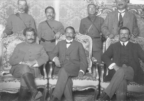 Imagen de Felipe Ángeles, Lucio Blanco, Manuel N. Robles y otras personas antes de salir hacia el estado de Morelos, retrato de grupo