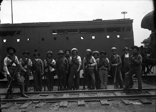 Imagen de Revolucionarios frente a tren, retrato de grupo (atribuido)