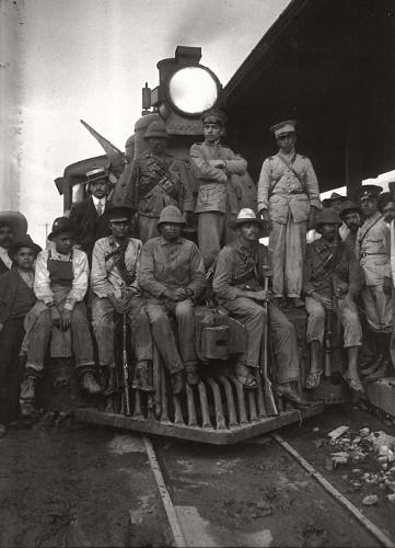 Imagen de Soldados de Obregón sobre una locomotora, retrato de grupo (atribuido)