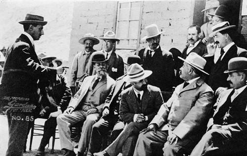 Imagen de Francisco I. Madero y Venustiano Carranza con otros personajes, tarjeta postal (atribuido)