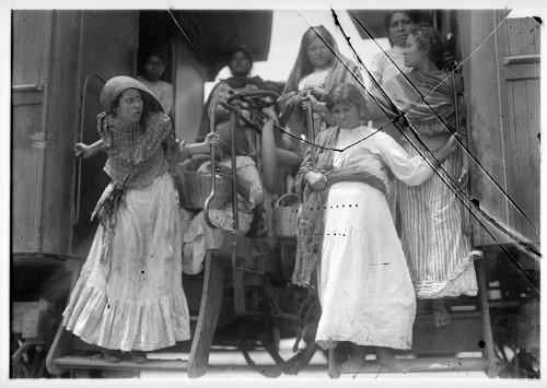 Imagen de Soldaderas en el estribo de un tren en la estación de Buenavista (atribuido)