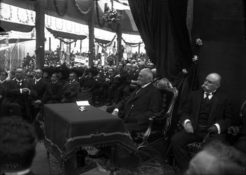 Imagen de Porfirio Díaz en un aniversario luctuoso de Benito Juárez (atribuido)