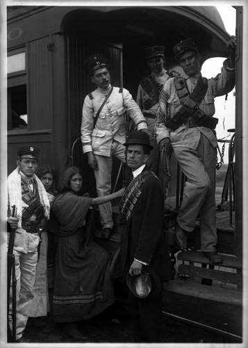 Imagen de Soldados federales, soldaderas y administrador del ferrocarril, en el estribo de un vagón, retrato de grupo (atribuido)