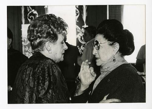 Imagen de Margarita Michelena y Griselda Álvarez Ponce de León, durante el 50 aniversario de Margarita Michelena, en la Sociedad de Escritores de México (atribuido)