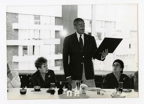 Imagen de José María Fernández Unsáin, durante el 50 aniversario de Margarita Michelena, en la Sociedad de Escritores de México (atribuido)