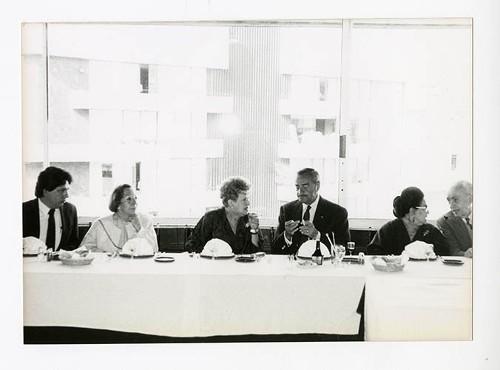 Imagen de Jesús Cataño, Griselda Álvarez Ponce de León, José María Fernández Unsáin, Margarita Michelena, Alicia Zendejas, y Luis G. Basurto, durante el 50 aniversario de Margarita Michelena, en la Sociedad de Escritores de México (atribuido)