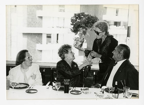 Imagen de Margarita Michelena, Jaqueline Andere, Alicia Zendejas y José María Fernández Unsáin, durante el 50 aniversario de Margarita Michelena, en la Sociedad de Escritores de México (atribuido)