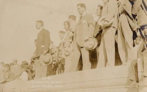 Imagen de Gustavo A. Madero junto a personas en el monumento a Benito Juárez