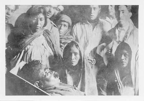 Imagen de Mujeres y hombres observan el cadáver de Emiliano Zapata