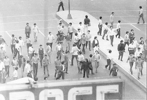 Imagen de Grupo de agresores armados con palos durante la marcha estudiantil del 10 de junio de 1971 (atribuido)
